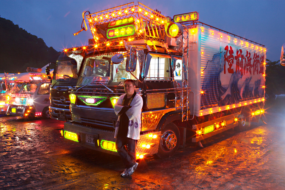 "Custom Big Rigs >> Ultra Rigs of the World: Japanese ""Art Truck"" 