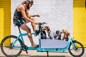 Brian, Fritz & Gromit. Riding a Bullitt 11-speed cargo bike. © Sam Polcer, 2014/Courtesy Prestel