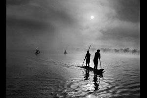 In the Upper Xingu region of Brazil's Mato Grosso state, a group of Waura Indians fish in the Puilanga Lake near their village. Brazil, 2005. © Sebastião Salgado/Amazonas images-Contact Press Images